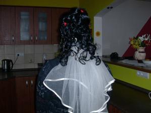 závoj jen tak nasazen mnou, abych viděla, jak to bude vypadat, když budou vlasy na závoji