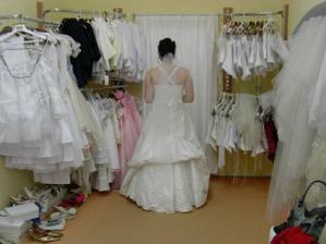 závoj jednoduchý.. šaty se musí trošku upravit, nechtělo se to už paní zapínat :-)