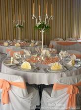 a stoly musia byť vyzdobené v teplých farbách, presne v takýchto, veľmi sa mi to páči