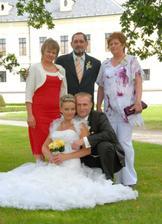 Na levo je moje maminka a na pravo manželovi rodiče