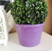 fialový keramický kvetináč,