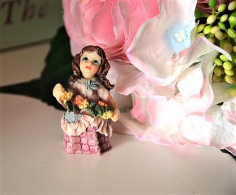 figúrka dievčatko s kvetmi - Obrázok č. 1