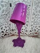 fialová stolna lampa,