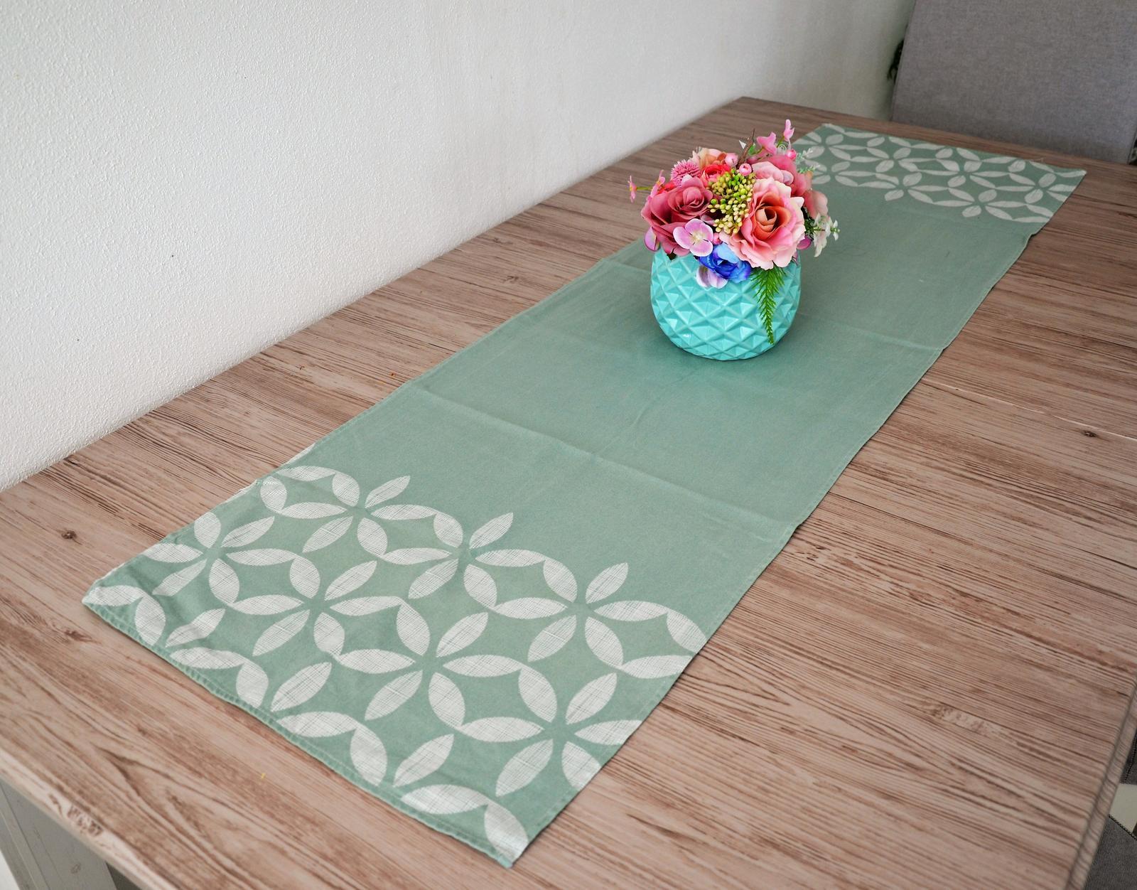 zelenkavý behúň na stôl - Obrázok č. 1