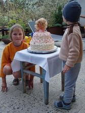 a toto je moje téměř profesionální družička s dortem, který možná budu mít na svatbě