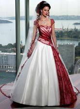 A něco pro nevěsty, které se nebojí barevných šatů...