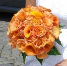 Aby kytička nebyla až tak tuctová, chtěla bych růže zkombinovat třeba s kalami.