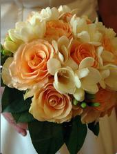 Od mala miluju frézie. V kombinaci s růžemi vůbec nevypadají špatně.