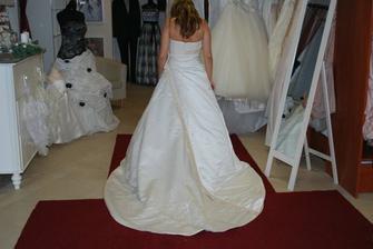 šaty č. 3 zo zadu