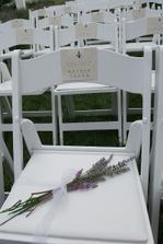 židle pro hosty..