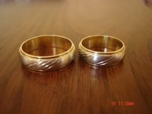 Nase prstienky zo zlteho a bieleho zlata s jemnym gravirom