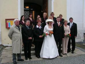 Jedna s rodiči, svědky, družičkami, mládenci a panem farářem :-)