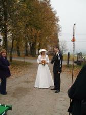 Před hostinou - nevěsta dostala bič a ženich chomout.