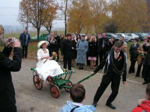 ženich si mě na hostinu musel odvézt vozíkem :-)