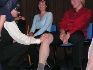 večerní zábava - ženich musel nevěstu poznat podle kolínka :-) váhal,ale trefil to :-D