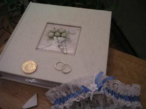 naše svatební zátiší přesně rok po svatbě. Svatební album, podvazek, zlatý penízek, střep pro štěstí a naše zásnubní prstýnky, které jsme přesně před rokem - 5.11.2005 - vyměnili za naše prstýnky snubní...