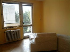 Obývačka, pôvodný stav s novou sedačkou... dúfame, že prežije celú rekonštrukciu