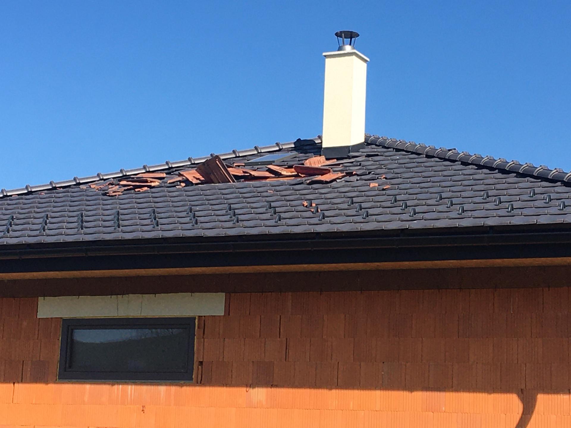 My sme dnes dopadli takto... že vraj mini tornádo, ktoré sa zameralo len na náš dom 🙈... keď ešte nebývaš a už riešiš poistku 🤨 - Obrázok č. 1