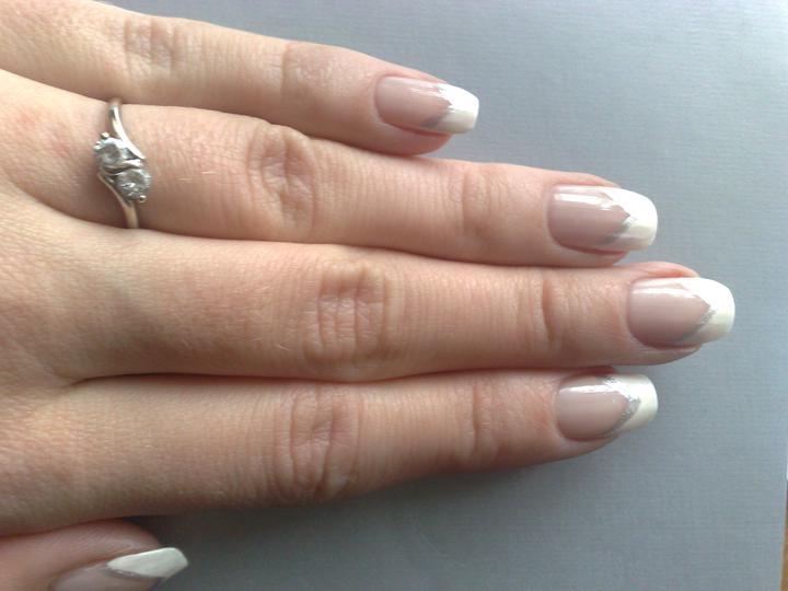 Naša svadba - toto je skúška svadobnej manikúry......ešte dáme do toho véčka malý diamantík a myslím že to bude pekné