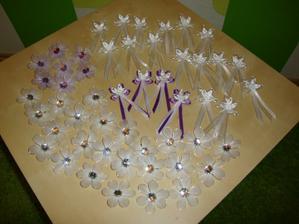 Vývazky pro naše nejmilejší, fialové pro rodiče, svědky a družičky, bílé pro ostatní hosty :o) (kytičky pro dámy, mašlličky pro pány)