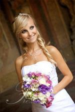 Bílé šaty a tato květina, barevná kombinace nádhera