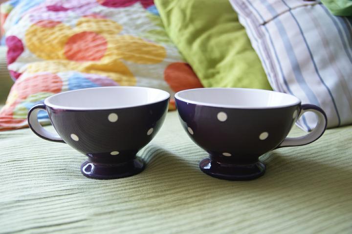 Nasa mala fialova - co uz mame - gravírované poháre na šampus nemáme, ale máme bodkované hrnčeky na čaj. Ani neviem, čo je väčší gýč :-)))