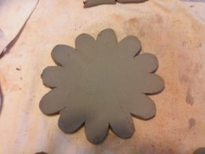 Vyvalkat hlinu, vyrezat tvar kvetu (ja som podla papierovej sablony).