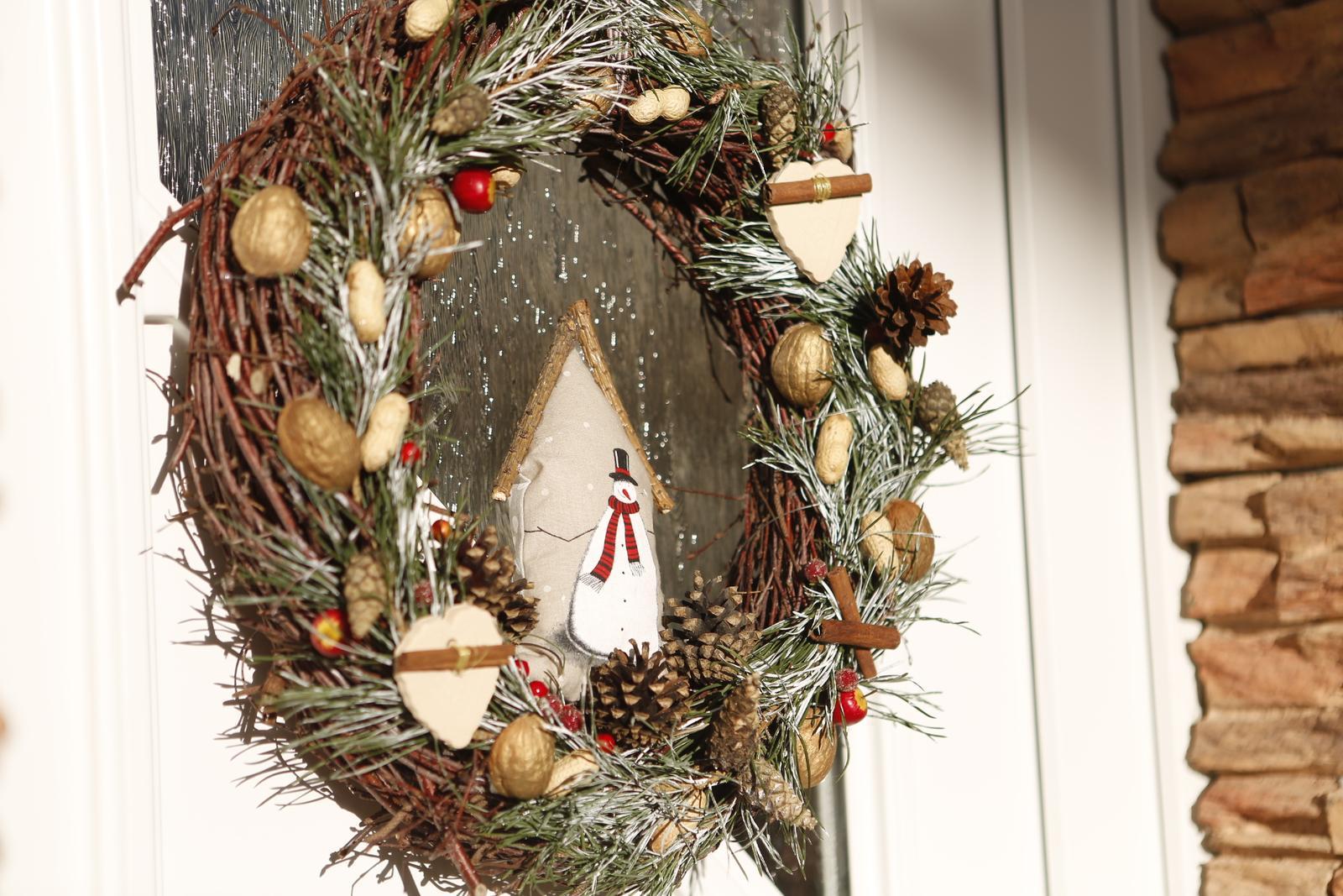 Hlinené dekorácie - Malé hlinené srdiečka na adventnom venci. NEvidno ich velmi  :( na tejto foto. Uviazana bola na nich aj cela skorica.