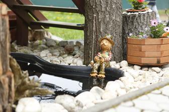 Vodník už má svoje čestné miesto pri jazierku