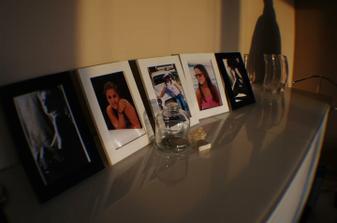 milujem fotky, takže sú všade v dome (aj s autorskými právami), aj tieto budú asi visieť na stene, tam sa ich viac vojde než na skrinku