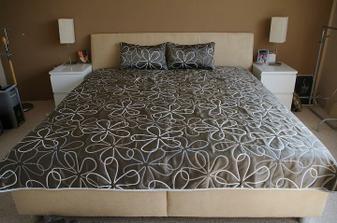 nova postel ! konečne ! ta deka je obojstranna, druha strana je bledá.