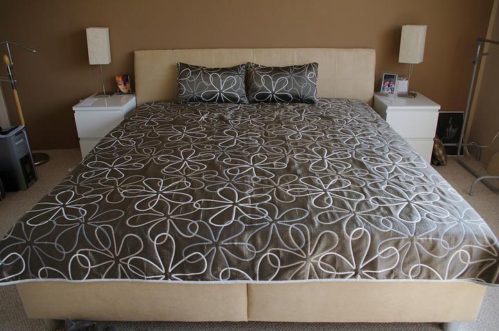 Prerábka spálne - nova postel ! konečne ! ta deka je obojstranna, druha strana je bledá.