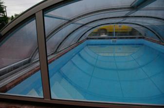 predné sklo je priesvitné, nech je z terasy vidieť dovnútra