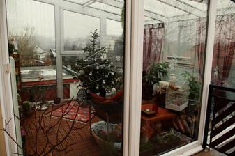 vianočný stromček máme živý, tak sme ho dali sem, tu neni tak teplo
