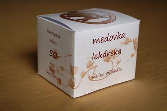 ... a vlastnoručne vytvorená krabička (asi začnem robiť také darčeky)