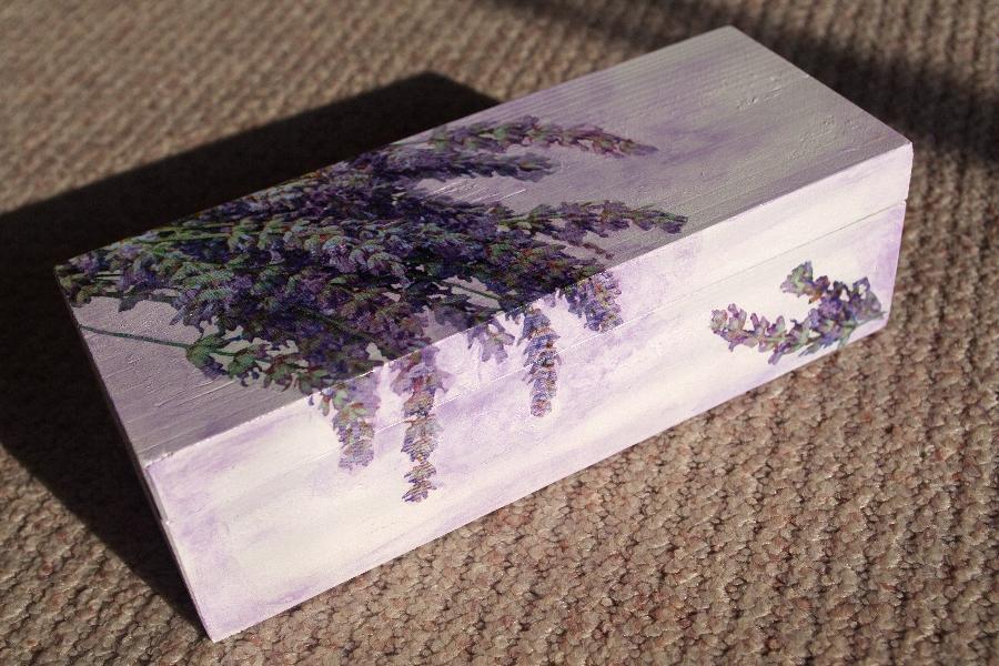 Moje dekorácie - drevená krabička vo farbách levandule