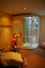 zmontovaná kabína suchej sauny s parnou