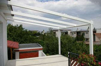 a prilepili sme k balkónu další priestor, toto je nosná konštrukcia zimnej záhrady