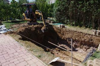 čoskoro bude jama (stredom bazéna nám išla vodovodná trubka).