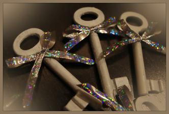 staré klúče nastriekané na bielo