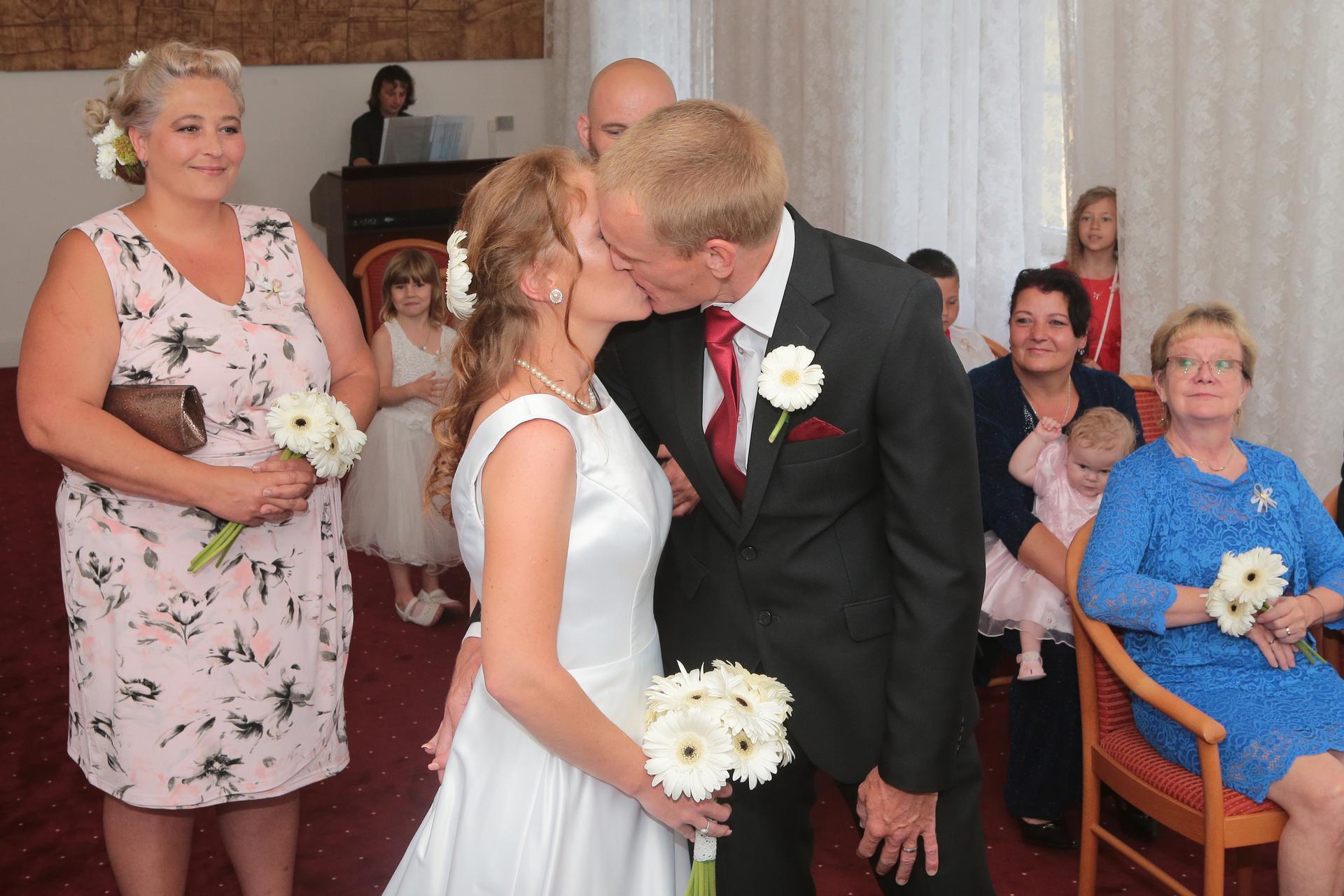 Kristýna   {{_AND_}}   Miroslav - první manželské políbení