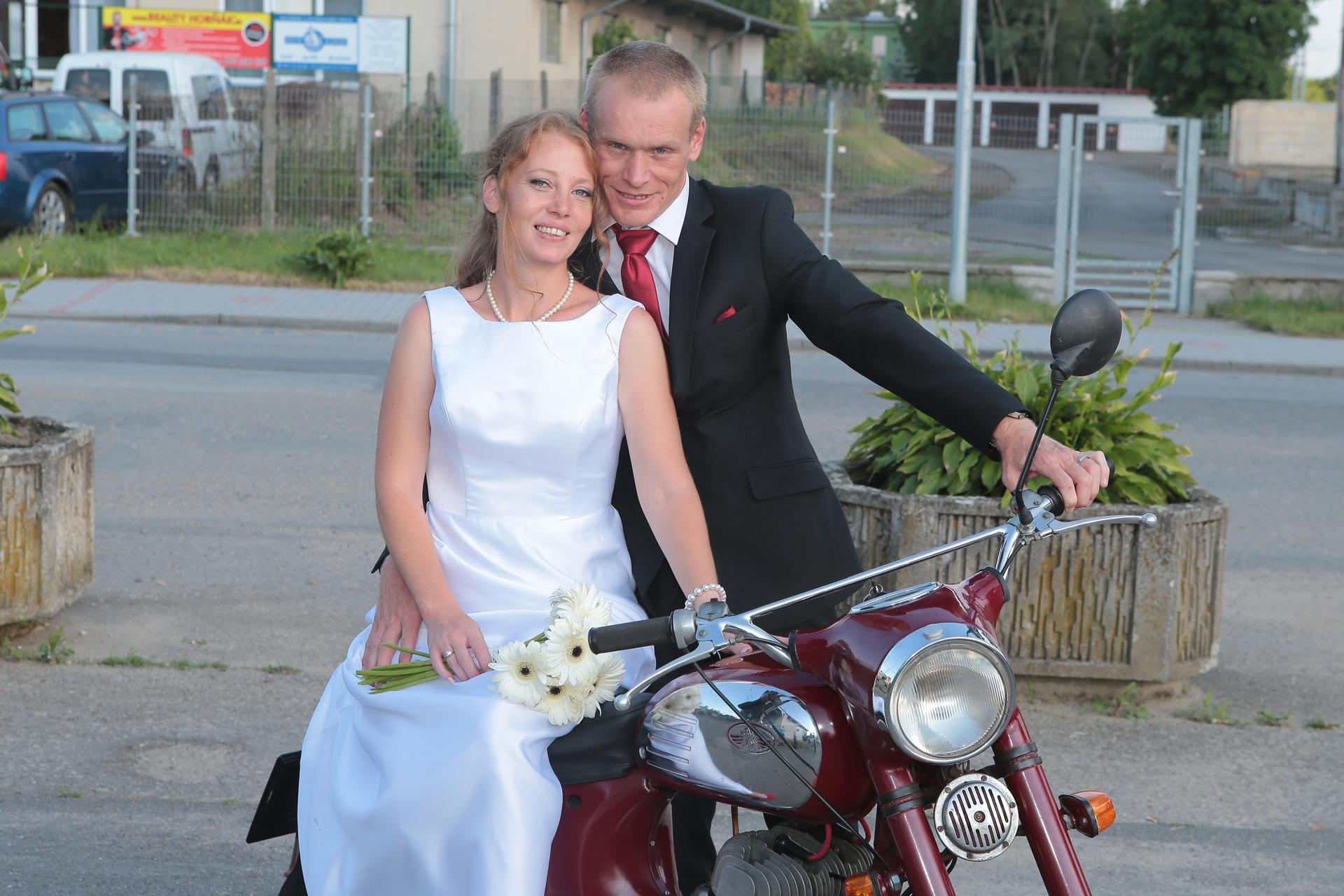 Kristýna   {{_AND_}}   Miroslav - na tchánově motorce ( byl zlatý, že pro ní dojel během zábavy )