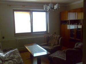 Prerobená obývačka, ešte nie je rozrolovaný koberec a záclona