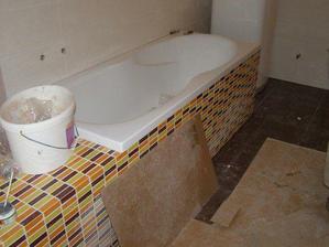 tak vana v horní větší koupelně už je obložena