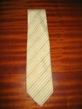 Krásná ženichova kravata...