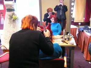 Tento ďábelský účes mi udělali na svatebním veletrhu v Praze