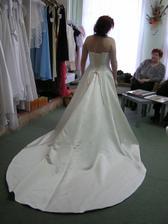 Moje šaty ze zadu - nechtěla jsem vlečku :-)