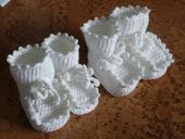 2x bílé háčkované capačky ,