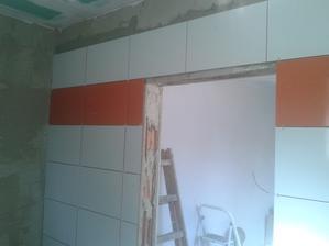 Prízemie - Sprcha Jul_23_2013 - lepenie dlaždíc - ARTE New Naranja - prvá stena - deň Siedmy