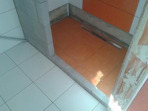 Prízemie - Sprcha Jul_28_2013 - lepenie dlažby - ARTE New  - podlaha 2 - deň dvanásty